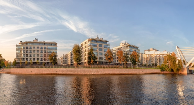 Bellissimo panorama autunnale della moderna san pietroburgo. nuovo quartiere residenziale moderno isola di petrovsky san pietroburgo. russia.