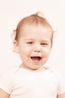 Bel bambino che ride su sfondo bianco