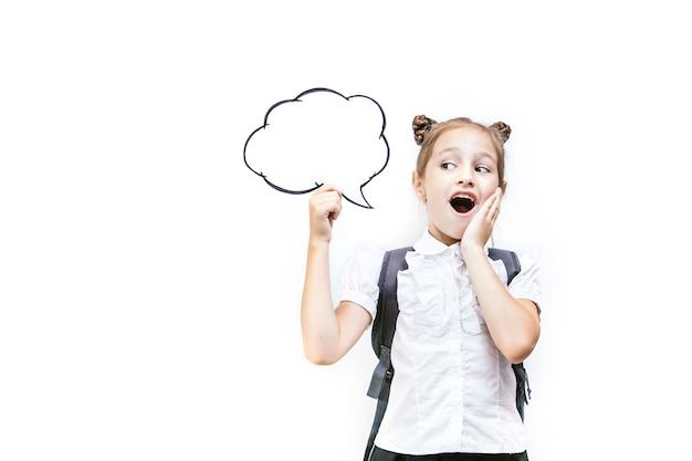 Bella ragazza della scuola del bambino in classe a scuola su un ritratto felice del ritratto del fondo bianco con un concetto