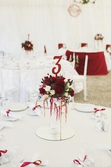 Bella sala banchetti sotto una tenda per un ricevimento di nozze.