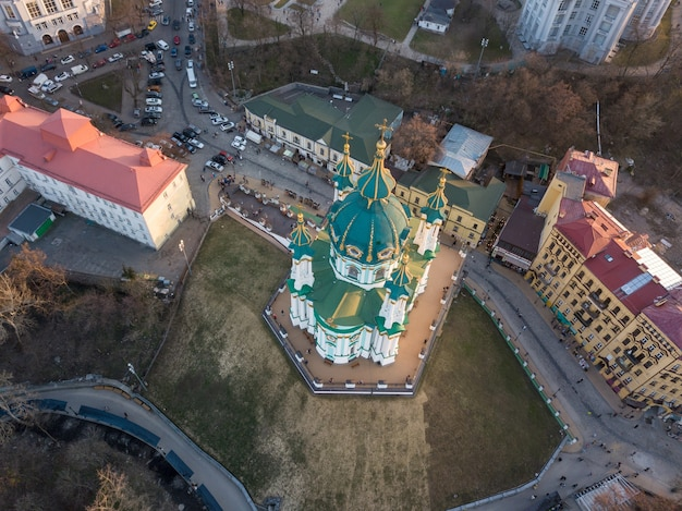 La bellissima chiesa barocca di sant'andrea o la cattedrale di sant'andrea fu costruita a kiev e progettata dall'architetto imperiale bartolomeo rastrelli. kiev, ucraina. foto di drone