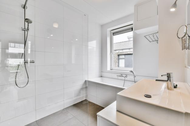 Bellissimo bagno con una grande vasca da bagno e pareti in marmo