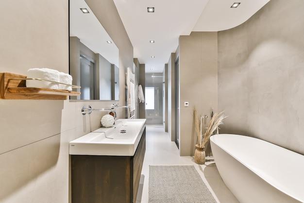 Bellissimo bagno con un grande specchio e pareti in marmo