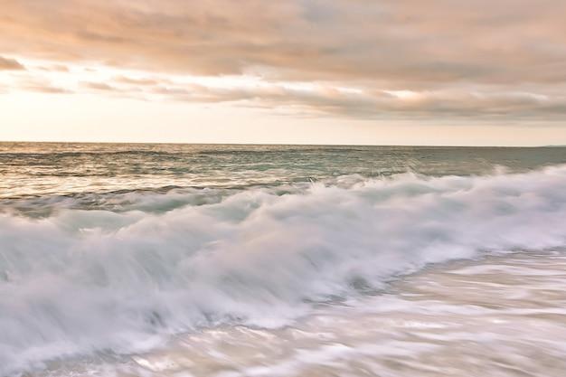 Bellissima spiaggia dopo il tramonto. mare e alba