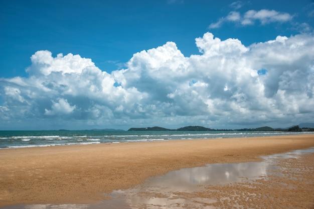 Bellissima spiaggia e mare tropicale in thailandia. paradiso estivo sulla spiaggia.