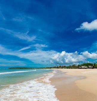 Bellissima spiaggia e mare tropicale