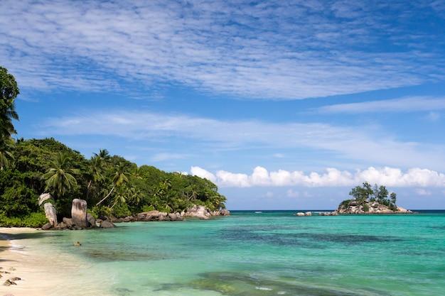 Bellissima spiaggia con una piccola isola nelle vicine seychelles