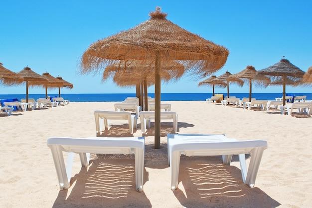 Bellissima spiaggia con ombrelloni in mare. portogallo. vila moura.