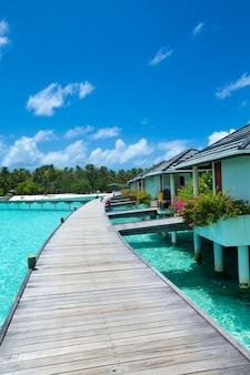 Bellissima spiaggia con sabbia bianca. oceano, cielo azzurro con nuvole. giorno soleggiato. paesaggio tropicale delle maldive