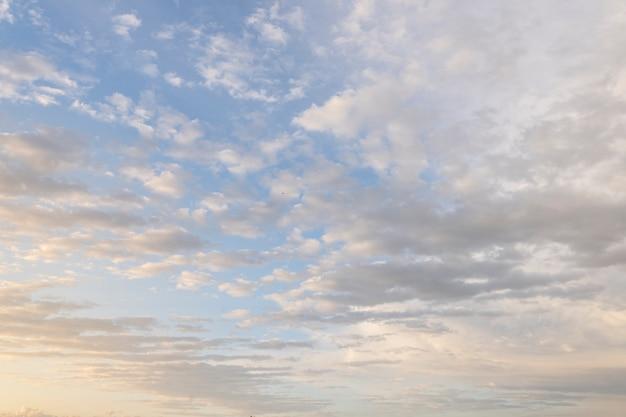 Bella bellezza del cielo arancione scuro e delle nuvole al tramonto. naturale