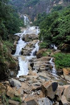 Bella grande cascata nell'isola dello sri lanka
