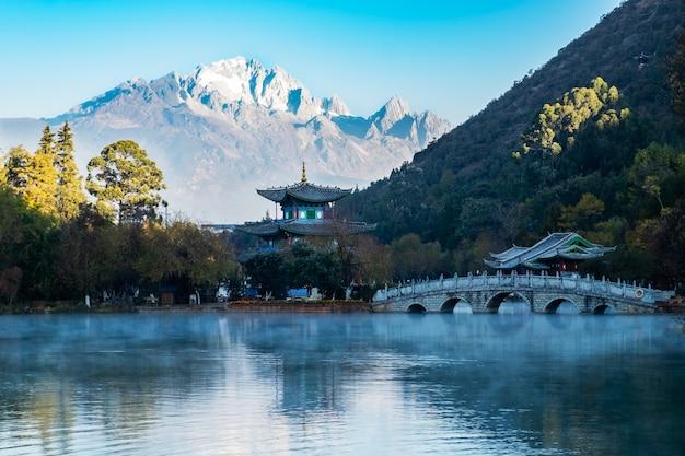 Bella di black dragon pool con jade dragon snow mountain, punto di riferimento e luogo popolare per le attrazioni turistiche vicino a lijiang old town. lijiang, yunnan, cina