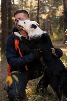 Bellissimo cane bianco e nero e il suo amico