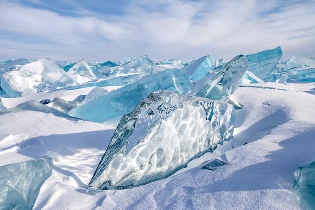 Bellissimi blocchi di ghiaccio naturale blu sullo sfondo del cielo