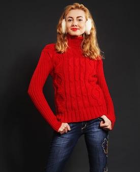 Bella donna bionda di moda invernale