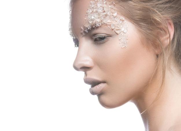 Modello di bella donna bionda con arte creativa delicata trucco luminoso.