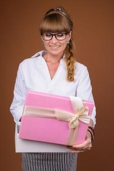 Bella bionda imprenditrice con capelli intrecciati azienda confezione regalo