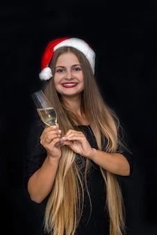 Bella bionda con i capelli lunghi e un bicchiere di champagne