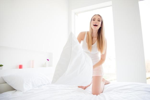 Bella donna bionda nel suo letto