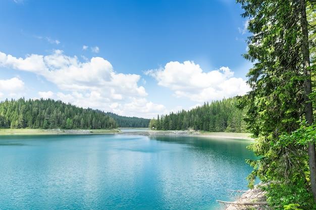 Bellissimo lago blu