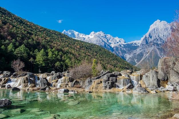 Bella della blue moon valley, punto di riferimento e luogo popolare per le attrazioni turistiche all'interno dell'area scenica di jade dragon snow mountain (yulong), vicino al centro storico di lijiang. lijiang, yunnan, cina