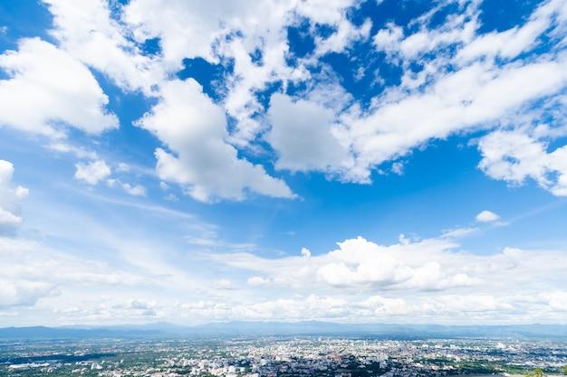 Bella struttura chiara astratta del fondo del cielo blu con le nuvole bianche.