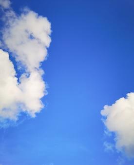 Bel cielo azzurro e cirri sulla giornata di sole