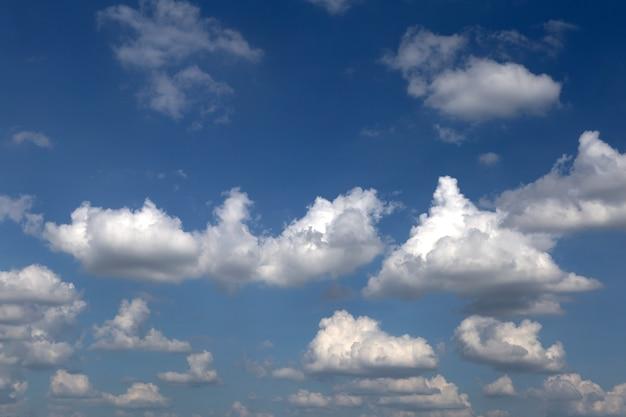 Bel cielo azzurro e nuvole.