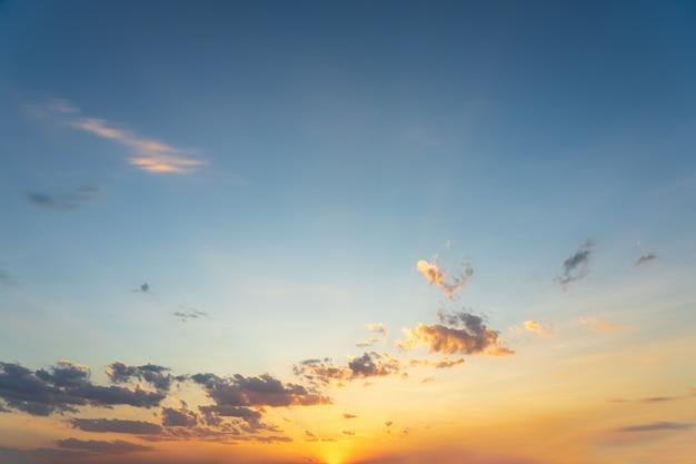 Bel cielo azzurro e nuvole naturali