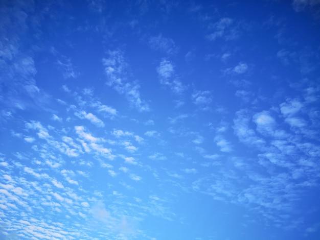 Bel cielo azzurro e soffici nuvole sulla giornata di sole