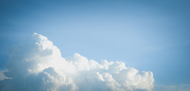 Bel cielo azzurro con sfondo nuvola.