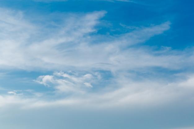 Bel cielo azzurro con nuvole bianche allungate