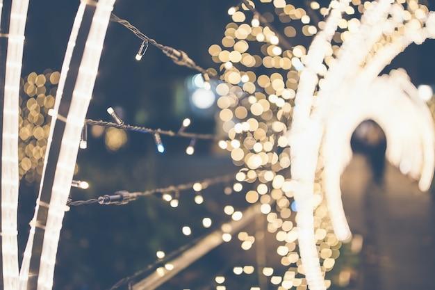 Bellissimo vicolo sfocato di luci natalizie