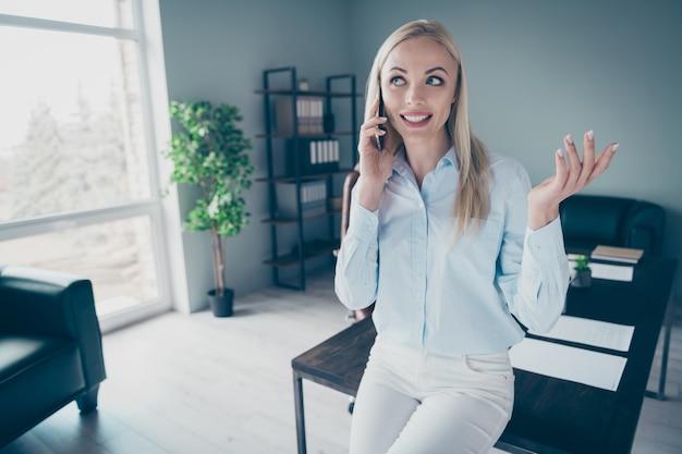 Bella capo donna d'affari persona telefono