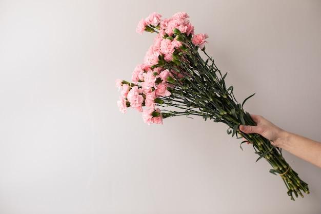 Bellissimo bouquet di bellissimi fiori. il lavoro del fioraio. consegna dei fiori.