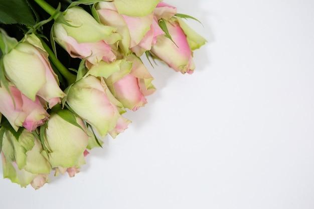 Bellissimo bouquet di bellissime rose su uno sfondo bianco come regalo per il giorno di san valentino