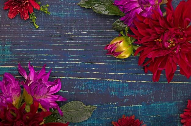 Bellissimo bouquet di fiori dalia sul vecchio sfondo di legno