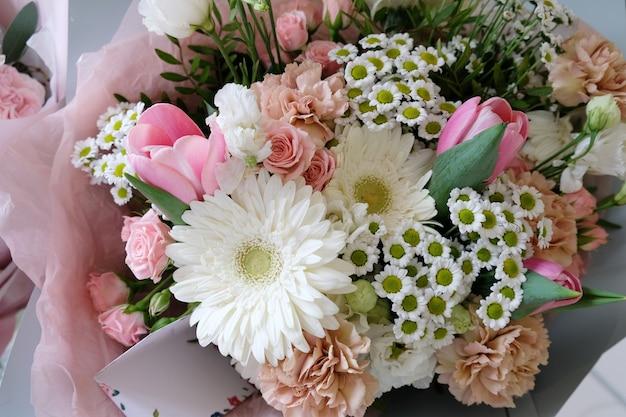 Bellissimo bouquet di fiori per lo sfondo. bellissimo bouquet di fiori per lo sfondo. rose bianche e rosa, lisianthus bianco e fiori diversi