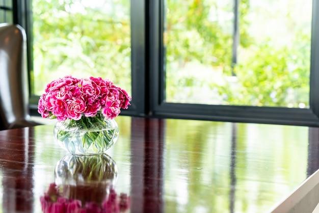 Bellissimo bouquet di fiori in vaso sul tavolo