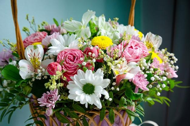 Un bel mazzo di fiori in un cestino
