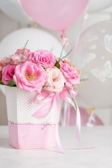 Bellissimo bouquet di rose pastello ed eustomas in una scatola