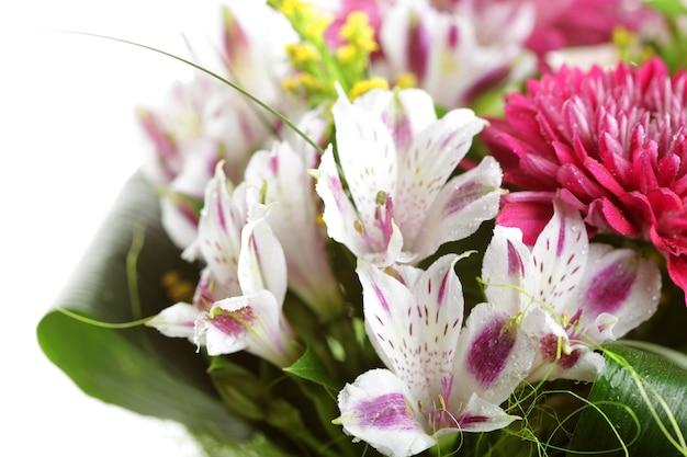 Bellissimo bouquet di fiori rosa e bianchi