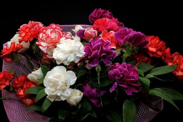 Bellissimo bouquet di garofani rossi