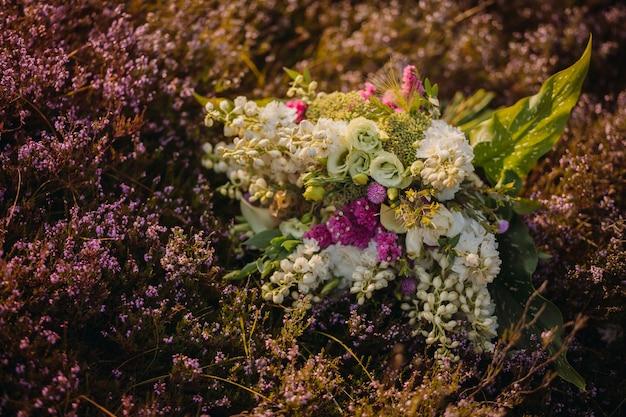 Il bellissimo bouquet si trova sul terreno