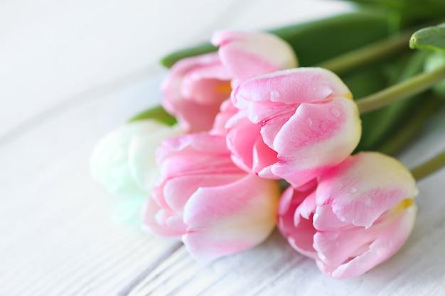 Bellissimo bouquet con tulipani pinr si chiuda