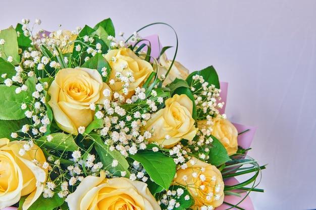 Bellissimo bouquet di rose gialle. bouquet per la decorazione d'interni o come regalo. disegno della carta floreale. vista ravvicinata con dof poco profondo.