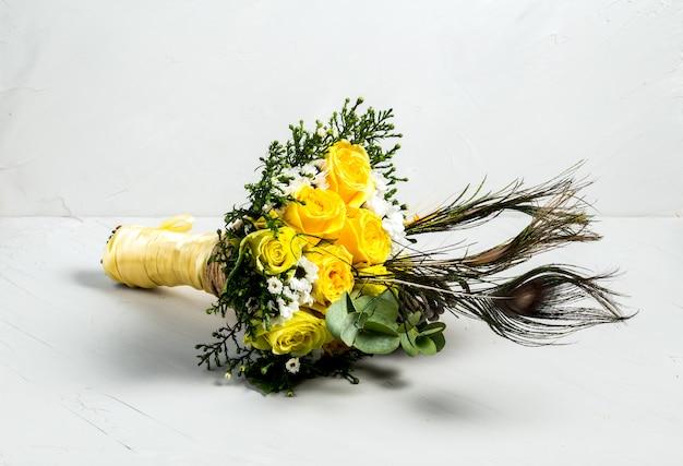 Bellissimo bouquet di rose gialle piume di pavone