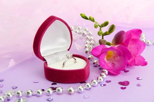 Bellissima scatola con fede nuziale e fiore