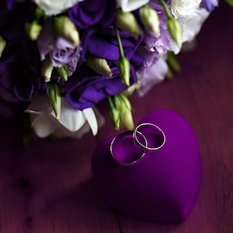 Bellissimo bouquet da sposa di gigli e rose a una festa di nozze