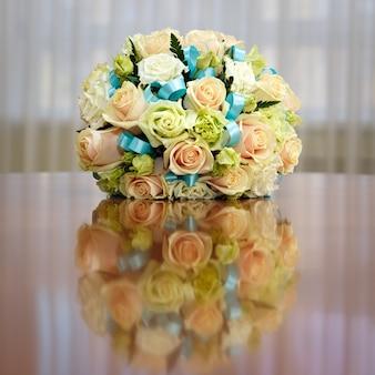 Bellissimo bouquet da sposa di rose a una festa di matrimonio